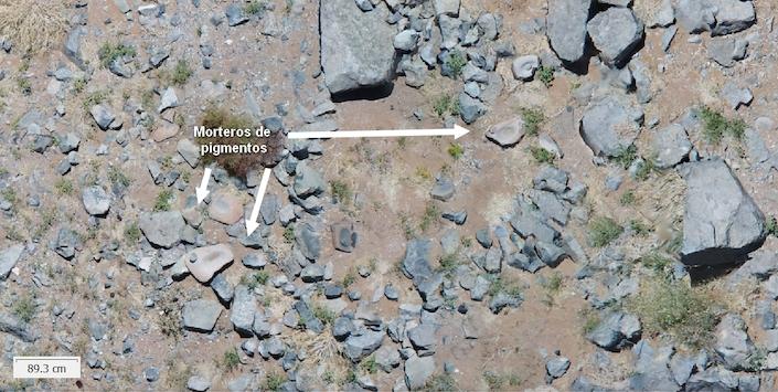 Vue détaillée d'un camp minier préhispanique avec des mortiers à pigments.
